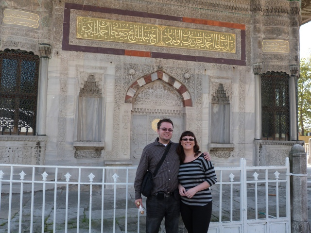 Outside the gates to the Tokapi Palace